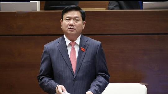 Bộ trưởng Bộ Giao thông Vận tải Đinh La Thăng trả lời chất vấn của đại biểu Quốc hội sáng 19-11. Ảnh chụp qua màn hình