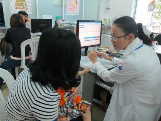 Cần đưa bệnh nhân đến các cơ sở y tế có phương tiện khi có các biểu hiện như: khó thở dữ dội, trụy tim mạch... - Ảnh: Phạm Đào