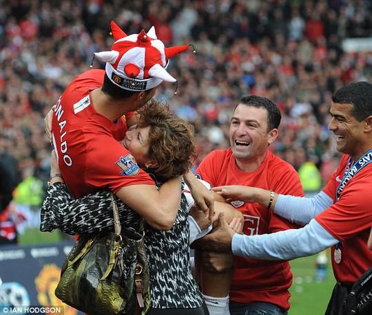 Mẹ của Ronaldo, bà Dolores, luôn kề cận bên con nhưng bé Cristiano Jnr lại không được như vậy