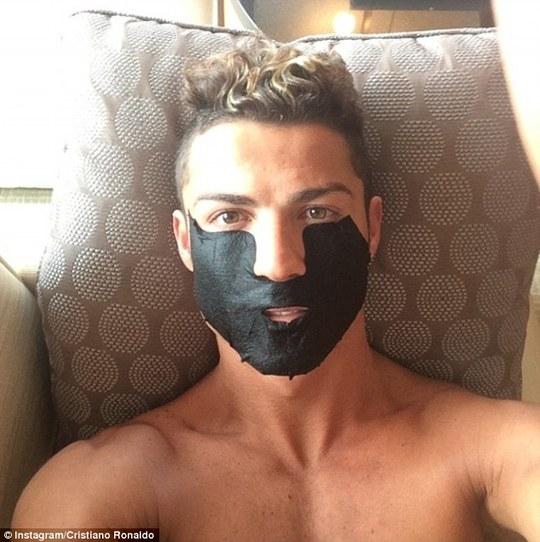 Ở nhà, Ronaldo cũng thường sử dụng sản phẩm làm đẹp