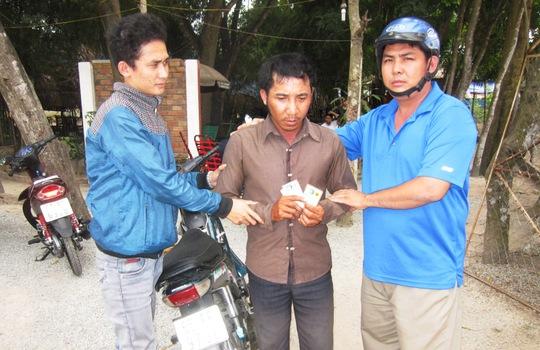 """Đối tượng Thọ (giữa) bị """"hiệp sĩ"""" Thạch Đạt và Nguyễn Thanh Hải (bìa phải) bắt giữ vào sáng 9-1."""