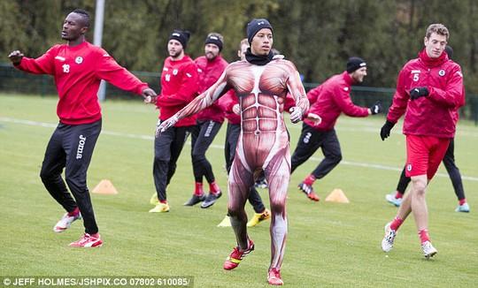 Kake Carroll nổi bật trên sân với trang phục dị