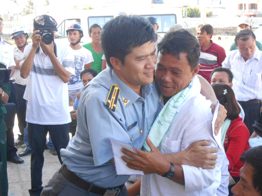 Chào đón, thăm hỏi, động viên 10 ngư dân anh hùng bị nạn từ Hoàng Sa về đảo Lý Sơn.