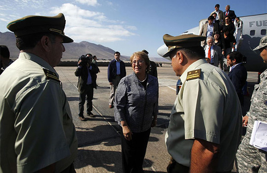 Bà Bachelet tới thăm và động viên người dân ở thành phố Iquique sau trận động đất 8,2 độ Richter. Ảnh: AP
