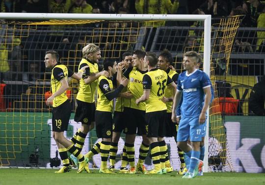 Dortmund thua 1-2 nhưng vẫn giành quyền vào tứ kết