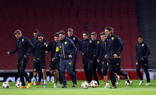 Các cầu thủ Dortmund tập luyện ở London hôm 25-11