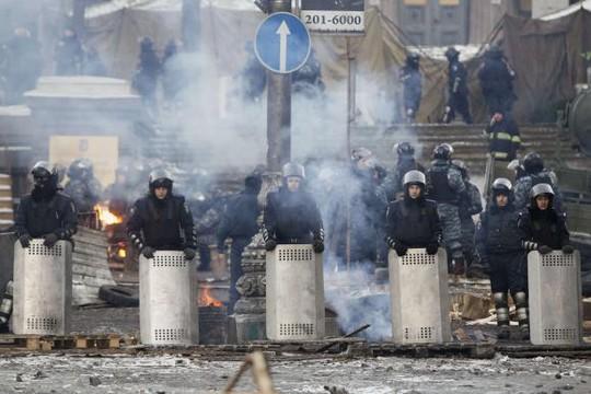 Cảnh sát trấn giữ người biểu tình Ukraine. Ảnh: Reuters