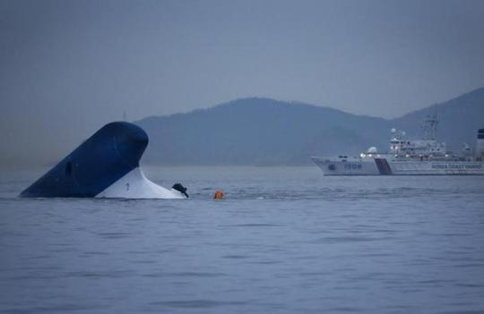 Tàu cảnh sát biển đến gần chiếc phà gặp nạn Sewol hôm 16-5