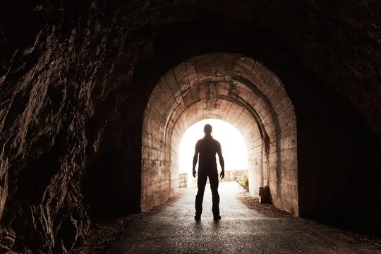 Những người mơ thấy mình giết người thường hướng nội, khó hòa đồng, dễ có thái độ thù địch và hung hăng với người khác.