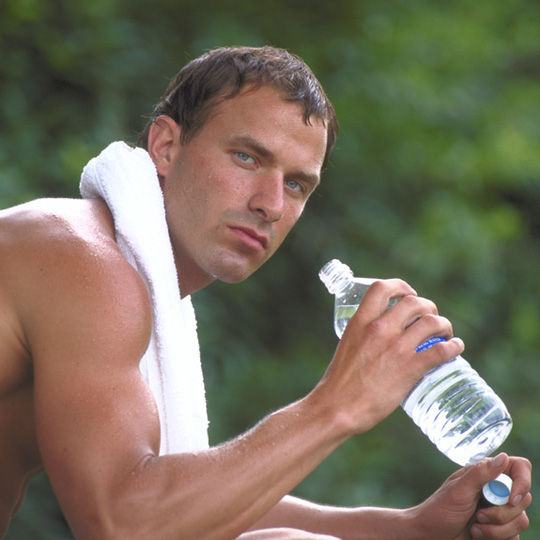Uống nước đầy đủ giúp giảm nhẹ các chứng đau đầu
