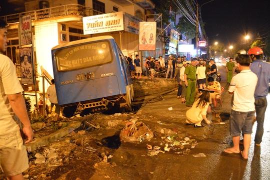 Xe buýt mất lái húc loạn xạ giữa phố