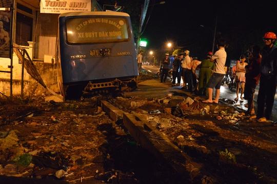 Chiếc xe buýt mất lái lao sang bên trái đường húc đổ 1 trụ cáp viễn thông và 2 bảng quảng cáo