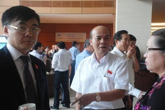 Đại biểu Quốc hội Đỗ Văn Đương (giữa) trao đổi bên hành lang Quốc hội. Ảnh: Chiến Thắng