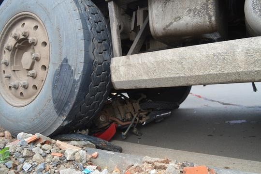 Xe máy bị nghiền nát dưới gầm xe tải
