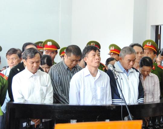 Vũ Việt Hùng (hàng trên, thứ 2 từ trái sang) bịđề nghị mứcán tử hình