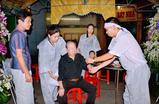 Không nén được xúc động, danh hài Tùng Lâm khóc nghẹn khi tiễn biệt bạn diễn ăn ý suốt 40 năm qua