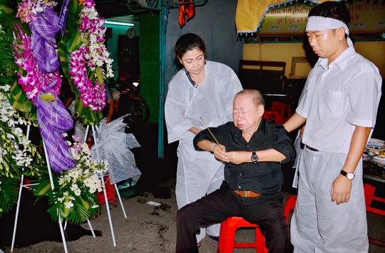 Danh hài Tùng Lâm tiễn biệt người bạn thân, người anh trong nghề. Ông xúc động đến không thể đứng trên đôi chân mình để thắp hương tiễn bạn.