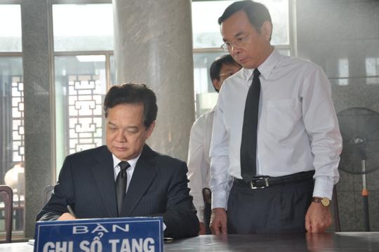 Thủ tướng Nguyễn Tấn Dũng ghi những dòng xúc động trong sổ tang.