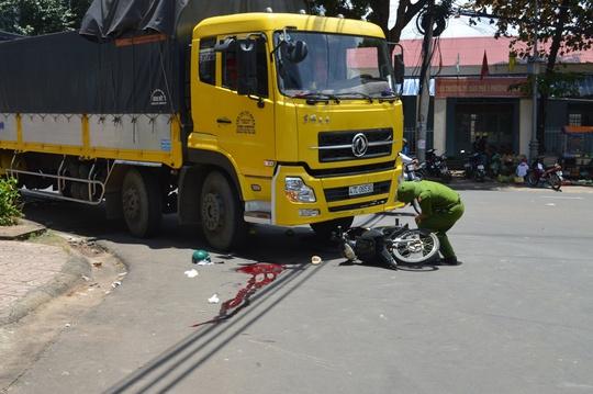 Tài xế xe ôm bị xe tải kéo lê dập bụng