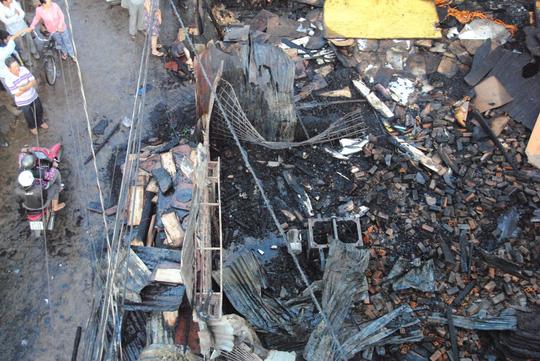 Toàn bộ tài sản trong xưởng gỗ ông Hòa bị thiêu rụi