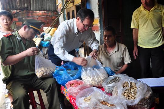 Lực lượng chức năng kiểm tra các vị thuốc tại cơ sở bốc thuốc nam của ông Phạm Nên. Ảnh: Tử Trực