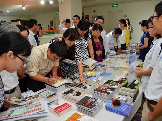 Giáo viên được nhận tài liệu và sách liên quan đến hướng nghiệp trước khi bước vào hội thảo chính thức