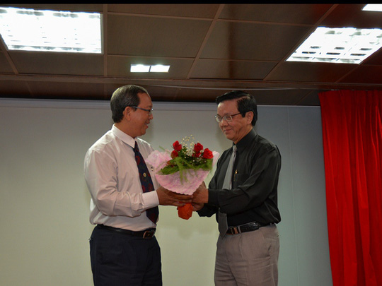 Ông Nguyễn Văn Tín tặng hoa cho Ông Lưu Đức Tiến - đại diện Sở GD-ĐT