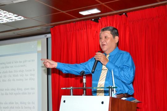 Ông Trần Anh Tuấn trình bày xu hướng chọn ngành nghề của học sinh