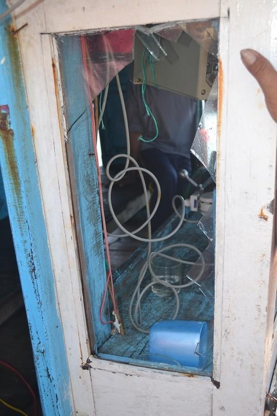 Cửa kính tàu bị bể nát vì bị tàu hải giám Trung Quốc xịt vòi rồng