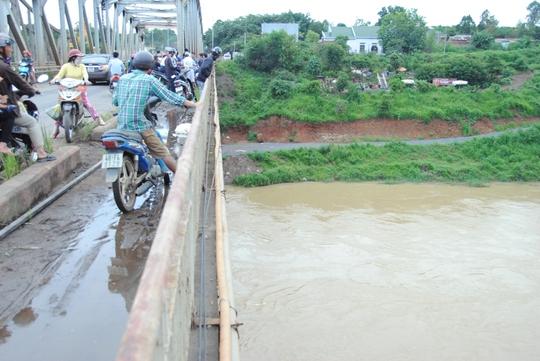 Nước sông chảy mạnh gây khó khăn cho công tác tìm kiếm nạn nhân
