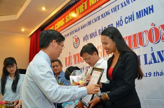 Ông Võ Văn Thưởng, Phó Bí Thư Thường trực Thành ủy TP HCM trao giải nhì cho tác giiar Anh Thư, Báo Người Lao ĐỘng