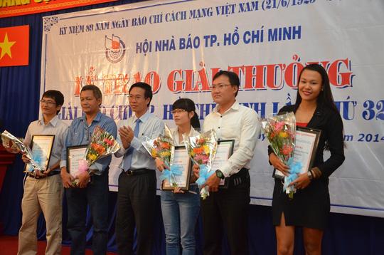 Ông Võ Văn Thưởng, Phó Bí Thư Thường trực Thành ủy TP HCM chúc mừng các tác giả đoạt giải.