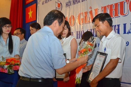 Phóng viên Thành Động báo Người Lao Động nhận giải nhì nhóm phỏng vấn, tường thuật, ghi nhanh