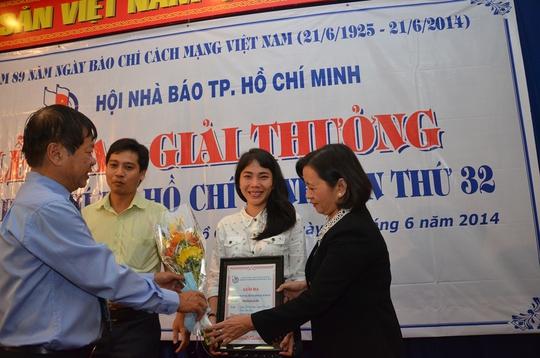 Trưởng Ban Tuyên giáo Thành ủy TP HCM Thân Thị Thư và Chủ tịch Hội Nhà báo TP HCM Mã Diệu Cương trao giải ba cho tác giả Phan Anh