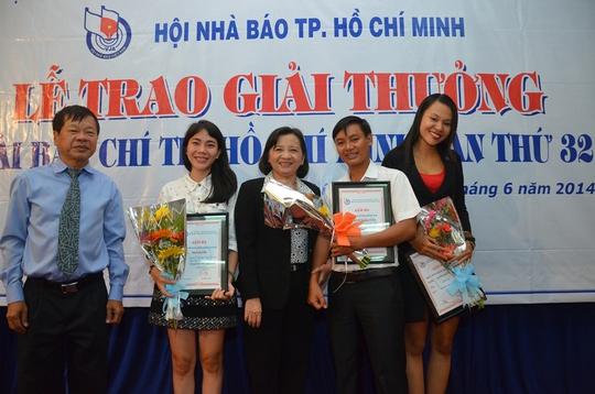Trưởng Ban Tuyên giáo Thành ủy TP HCM Thân Thị Thư và Chủ tịch Hội Nhà báo TP HCM Mã Diệu Cương chúc mừng các tác giả Báo Người Lao Động đoạt giải