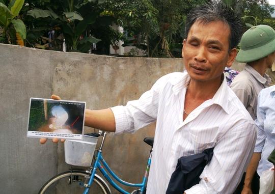 Ông Trịnh Trọng Bảy người chụp lại rất nhiều tấm ảnh tố cáo trại heo xả thải gây ô nhiễm môi trường