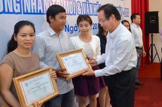 Phóng viên Thanh Nhàn và Tiển Quyên (thứ 2 và 3 từ trái sang) nhận bằng khen tác phẩm đoạt giải ba giải báo chí biểu dương nhân tố mới