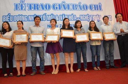 các tác giả đoạt giải báo chí được Hội Nhà báo TP HCM tặng bằng khen