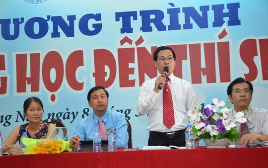 ThS Phạm Thế Vinh, Trưởng Phòng Khảo thí và Quản lý chất lượng Trường ĐH Tài chính Marketing tư vấn cho học sinh