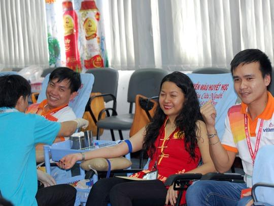 Cán bộ công nhân viên của Tân Hiệp Phát tham gia hiến máu vào sáng ngày 7-7.