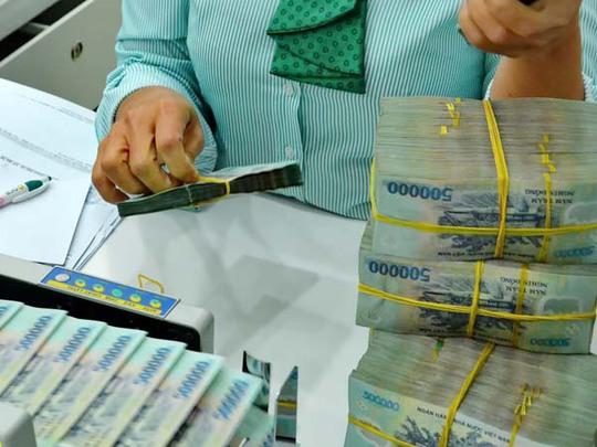 Nhiều người vẫn chọn ngân hàng làm nơi giữ tiền dù lãi suất ngày càng teo tóp. Ảnh: Tấn Thạnh