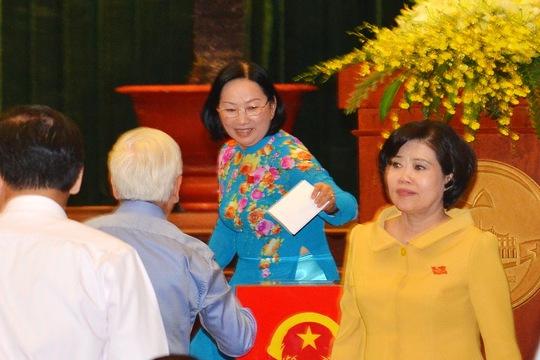 Các đại biểu bỏ phiếu tín nhiệm trong kỳ họp HĐND TP HCM vào tháng 7-2014