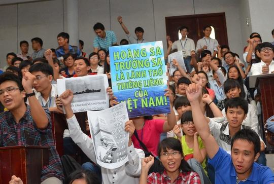Sinh viên giơ cao biểu ngữ quyết tâm bảo vệ chủ quyền biển đảo, lãnh thổ của tổ quốc