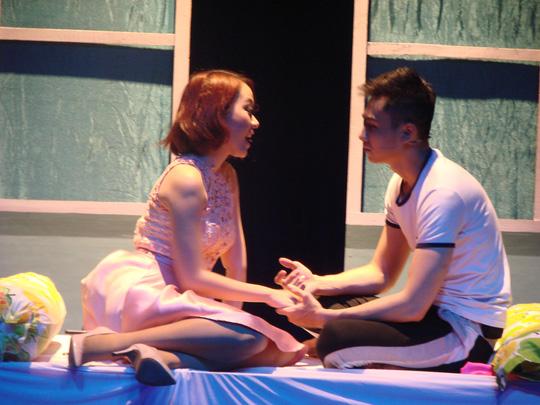 Hai diễn viên trẻ Tùng Lâm và Băng Di trong vở Người tình trong đêm