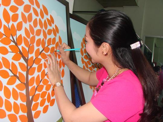 Ốc Thanh Vân ký tên trong bức tranh bán đấu giá
