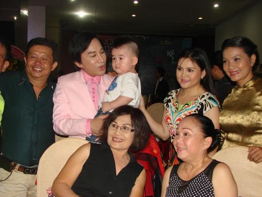 Vợ chồng Kim Tử Long và con trai nhận được sự quan tâm của nhiều người