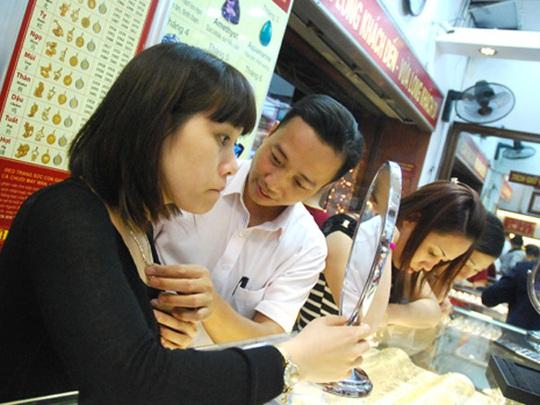 Bảo Tín Minh Châu cho biết khách mua bán vàng tại cửa hàng khá cân bằng trong sáng nay.