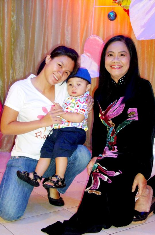 Tú Trinh và con gái, cháu ngoại trong ngày họp mặt gia đình
