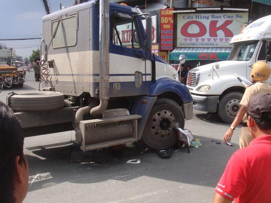 Thoát chết hy hữu khi xe máy bị cuốn vào gầm xe container