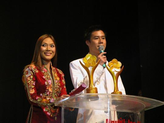 Mỹ Tâm tại Lễ trao Giải Mai Vàng 2004 cùng ca sĩ Quang Dũng